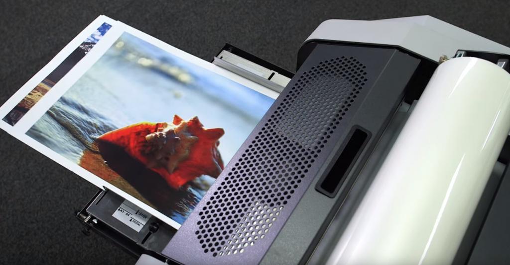 印刷物をセットすることで、連続でラミネートされます。手差しプリンターのように簡単に扱えます。