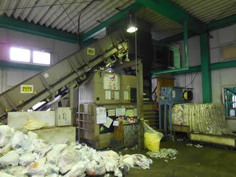 自治体からのプラスチック類の委託処理にあたって、自動圧縮梱包機を導入。