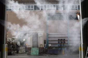 ミスト噴霧で建屋内の粉塵を撃退
