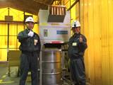 シャワリング機構をつけたガラスビン破砕機で中身入りビンの処理を効率化