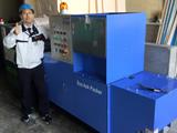 冷蔵車・冷凍車の製造で発生する大量の断熱材。固くて溶けにくい、断熱材用の溶融機