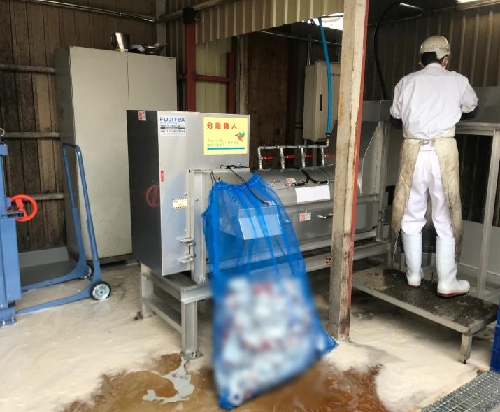 飲料ロス品の中身と容器を分別し、作業効率化と廃棄コスト削減を実現。