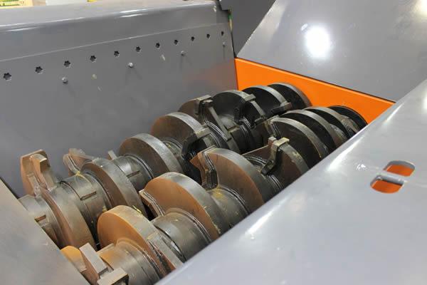 破砕刃をシャフト、周囲の筐体ごと交換するカセットシステム