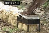 大型土のうタイプの制作の様子