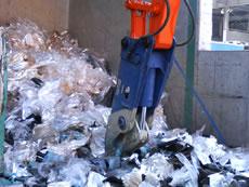 廃棄物を切断