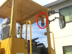 回転灯は運転席近くに設置します。マグネット式なので着脱は簡単です。