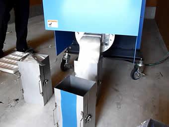 溶かした発泡スチロールは、箱で受けインゴット化します。