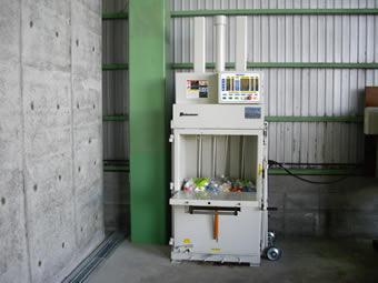 プラスチックをマテリアルリサイクルに回すために導入した梱包機です。