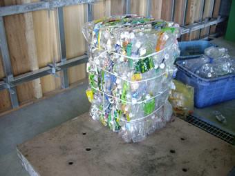 PETボトルなどの圧縮梱包も行っています。