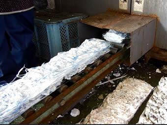 溶解、減容した発泡スチロールは板状に取り出します。