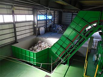作業効率を高めるため約30立米の大きな投入貯留ホッパを設置しました。