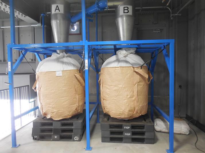 2階でプラスチック片を回収するフレコンバッグ