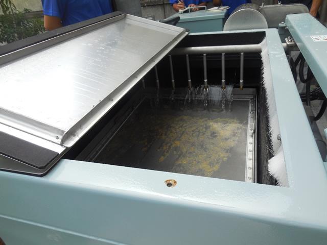排水設備に混入したプラスチック片も回収して出荷しています。
