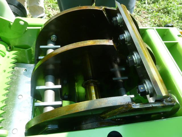部品交換、メンテナンスが簡単なように主要な箇所は大きく開きます。写真右端、ボルトで留まっているのが回転刃です。
