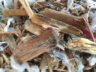 破砕した木くずとプラスチックです。