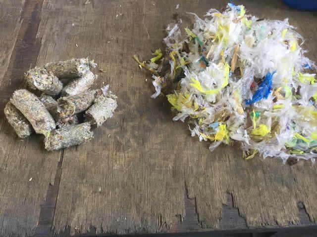 製造したRPF(左)と原料。プラスチックと木くずの配分を変え、カロリーを調べながら進めました。
