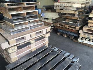 原料となる木パレットです。