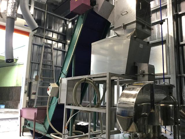 納入した食品リサイクル粉砕機。投入コンベアからのシューター、架台などスペースと既存設備に合わせて設計しました。