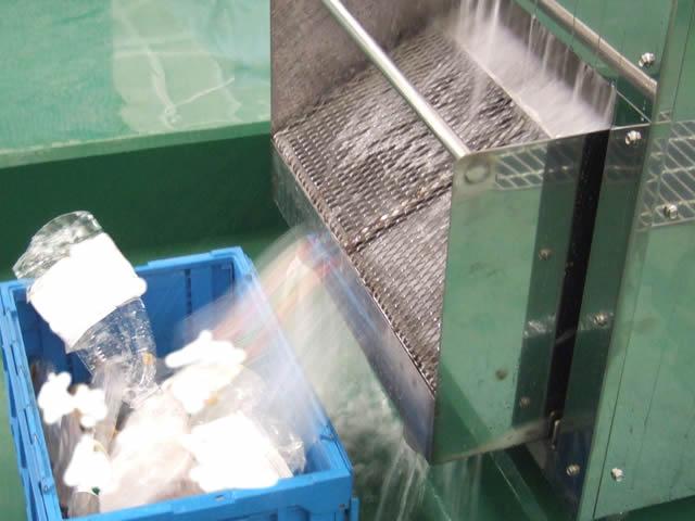 潰れたペットボトルは下部から排出されます。中身の液体を受けて、処理する方法が別途必要となります。