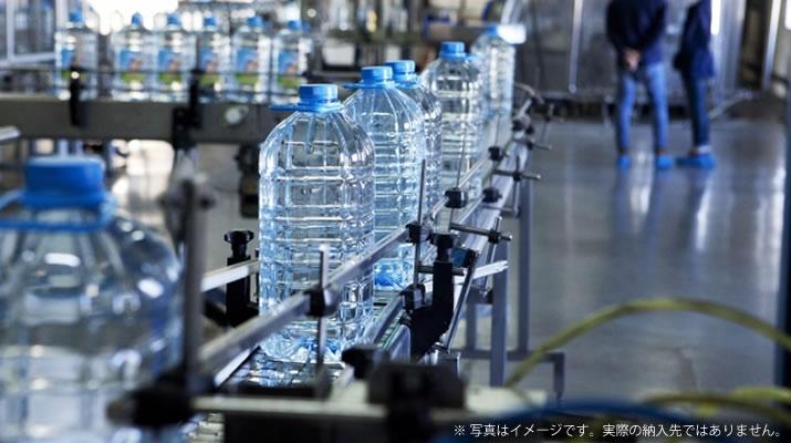 消費期限切れ・製造ロス品のペットボトルの脱液を自動化し、人件費を削減