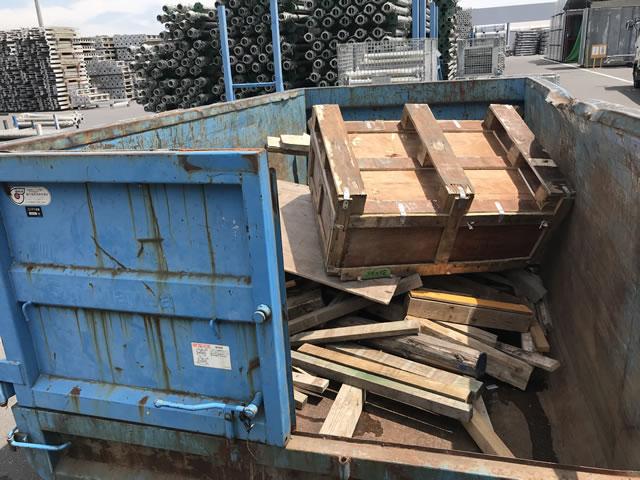 合板足場材を始めとした廃木材。