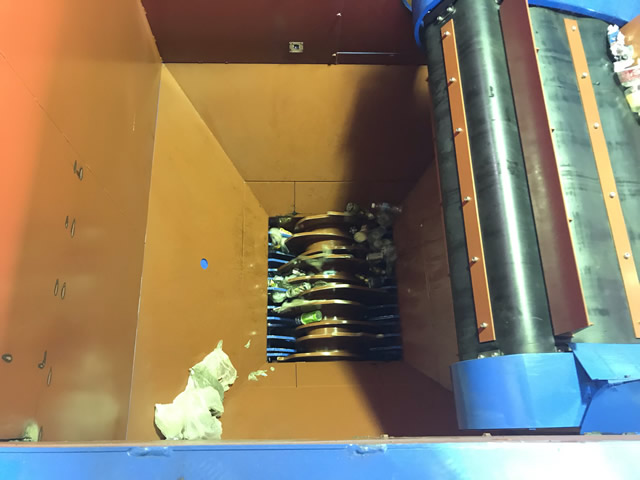 破袋機を上から見た様子。中央の軸が回転し、袋を破き、袋と荷物を下に落とします。